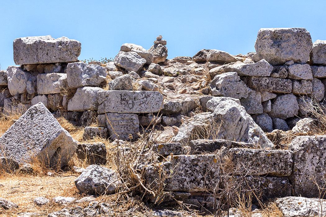 """Im Gewirr der Mauern ist heute leider kein """"Tempel"""" mehr erkennbar. Allerdings deuten die exakt gearbeiteten Quader auf eine mehrfache Wiederverwendung hin."""