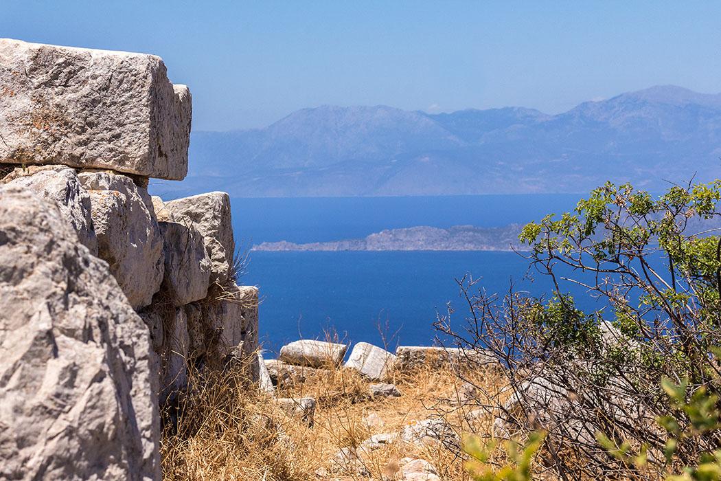 Auf der Spitze der Landzunge gegenüber vom Ostgipfel der Akrokorinth liegt der Leuchtturm von Melagavi (ganz links), kurz davor das Hera-Heiligtum von Perachora.