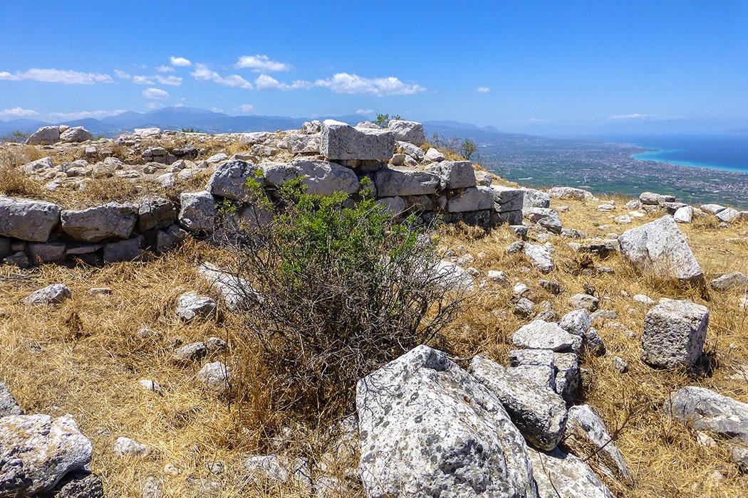 Vom Aphrodite-Heiligtum schweift der Blick zum Golf von Korinth.