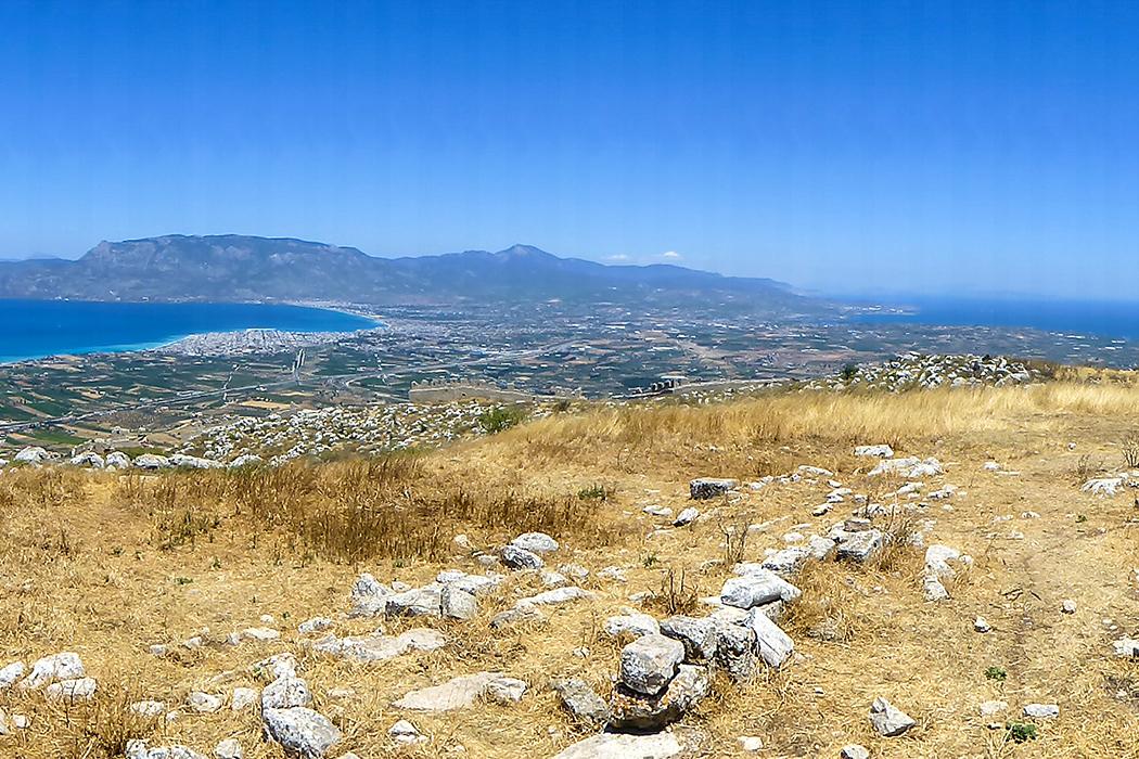 Der Lohn für den Aufstieg: Aussicht auf den saronischen Golf, auf Korinth und die gegenüberliegende Region um Megara, sowie auf den Golf von Korinth mit dem Gerania-Gebirge.