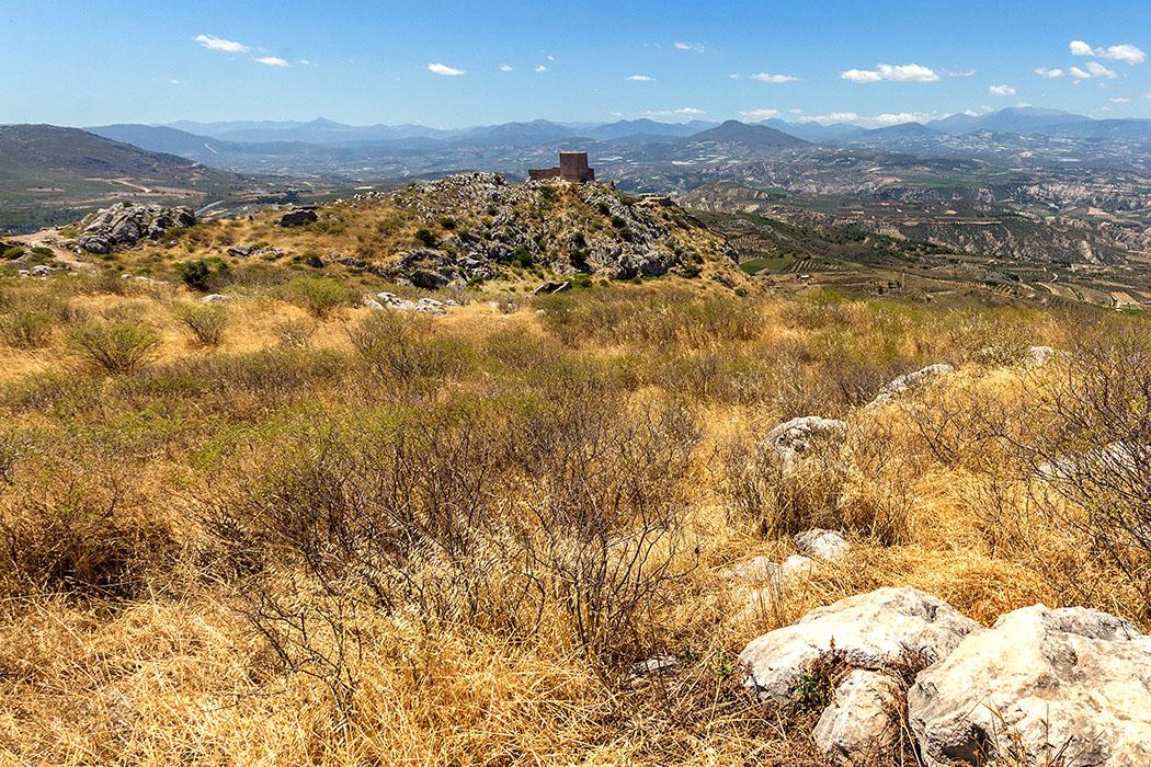 Vom Aphrodite-Tempel bietet sich auch ein fantastischer Blick zum Westgipfel mit dem mächtigen fränkischen Wachturm. Im Hinterland liegen Mykene und Nemea...