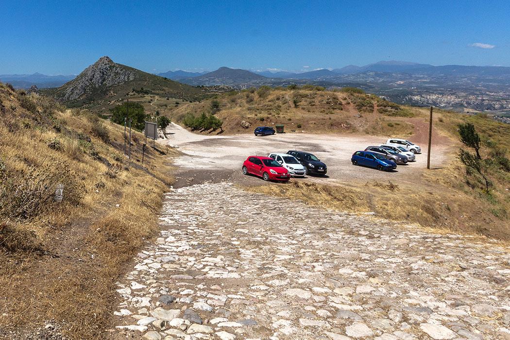 Der Parkplatz unterhalb der Burg Akrokorinth.
