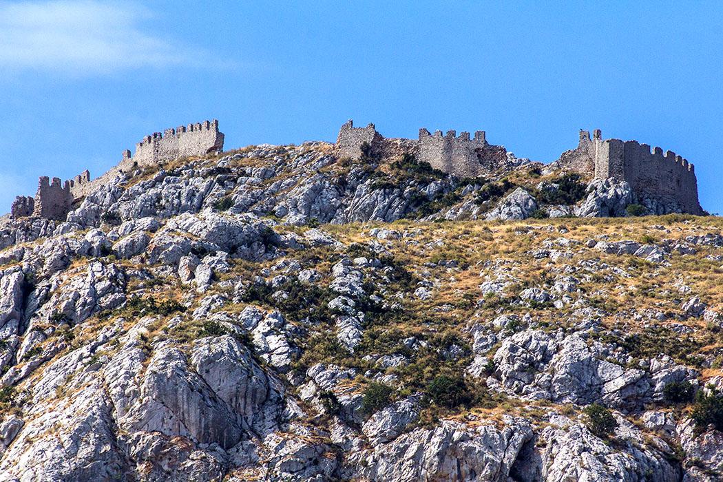Im Ausgrabungsareal von Korinth sind die Festungsmauern von Akrokorinth gut erkennbar.