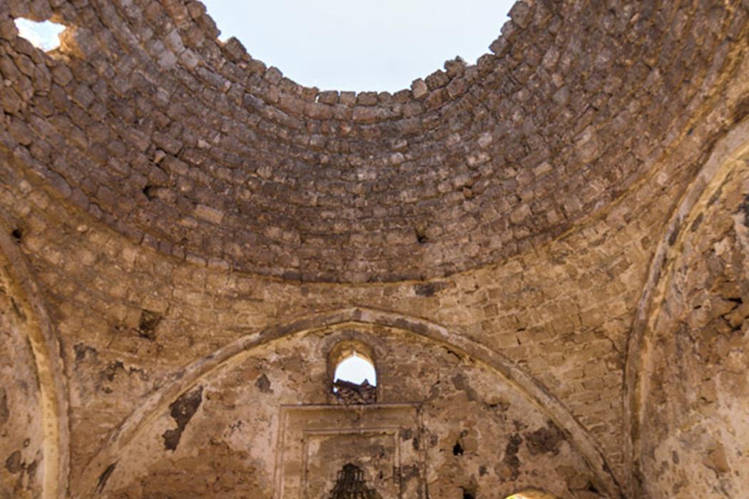 Blick auf die Kuppel und zur Gebetsnische (Mihrab) der Moschee.