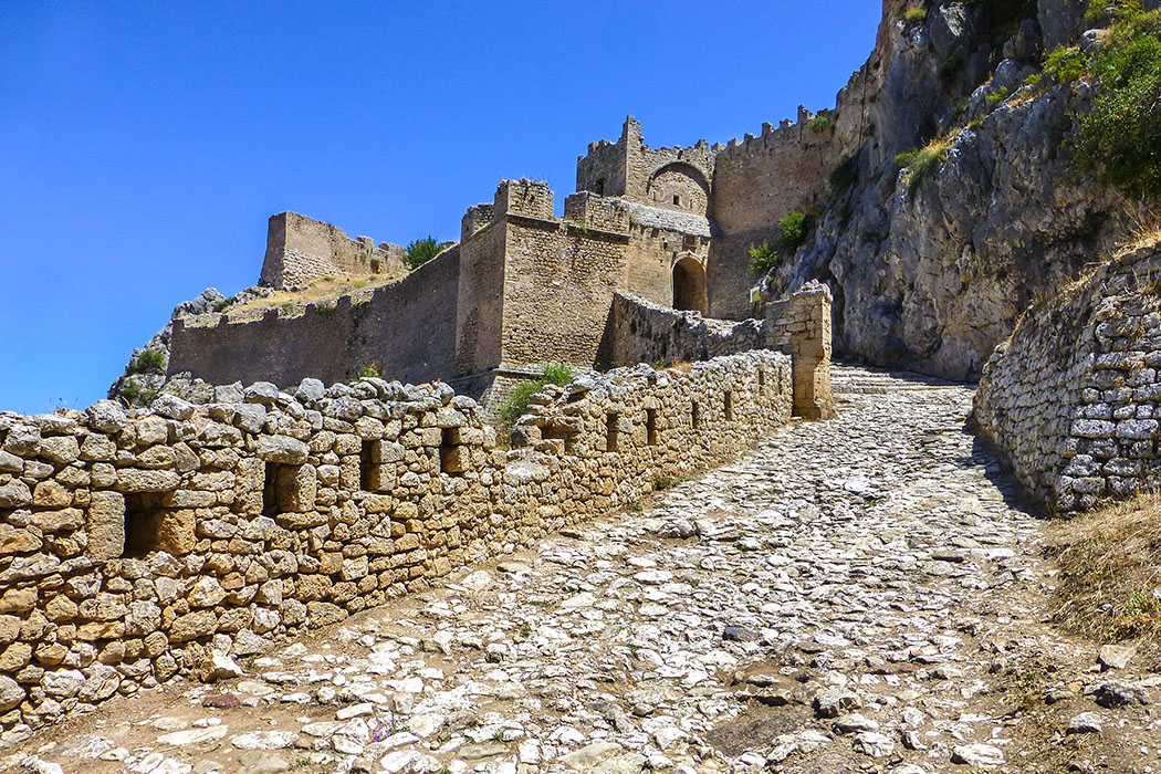 Der Weg in die Festung Akrokorinth führt durch drei mächtige Toranlagen deren Ursprung bis in die Antike zurückgeht.