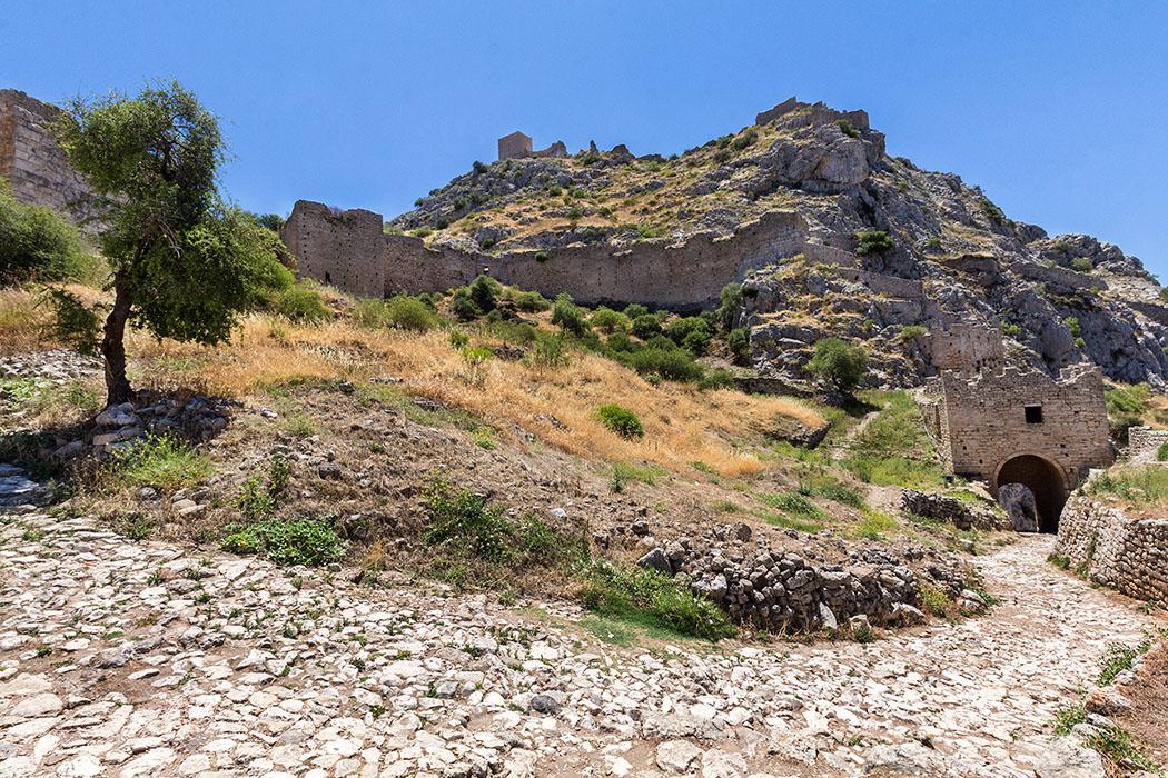 Das zweite Burgtor liegt hinter uns, der Blick nach oben zeigt den Westgipfel mit dem fränkischen Turm. Links ist sind die Mauern vom dritten Burgtor sichtbar.