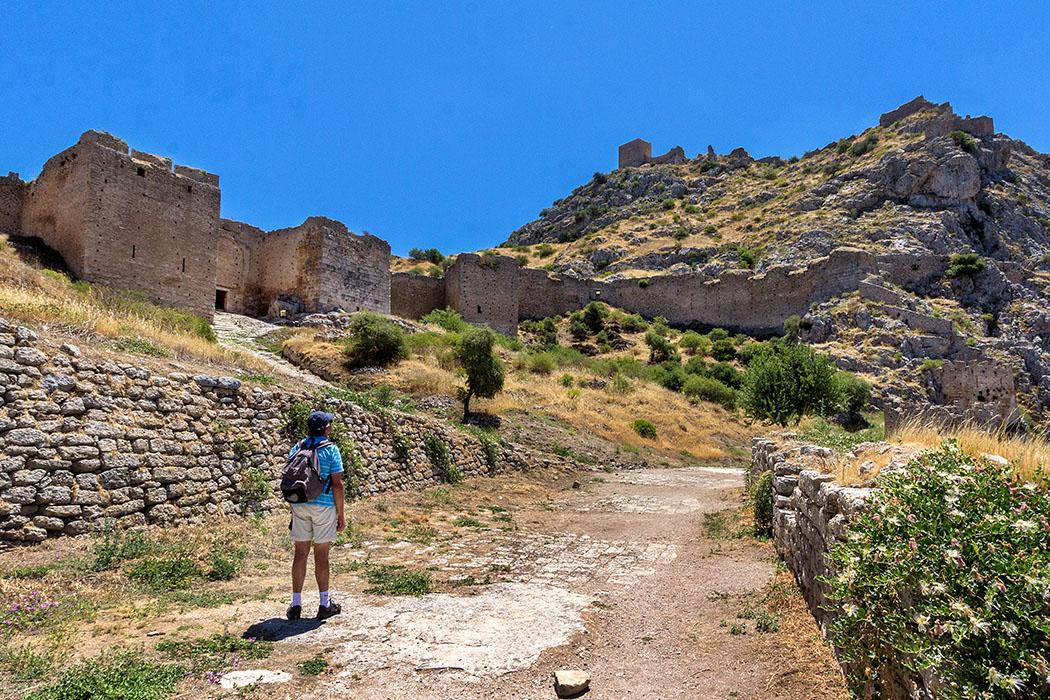Am rechten Flügel des dritten Burgtores sind großflächige antike Mauerabschnitte erkennbar. Über uns thronen die Befestigungen des Westgipfels.