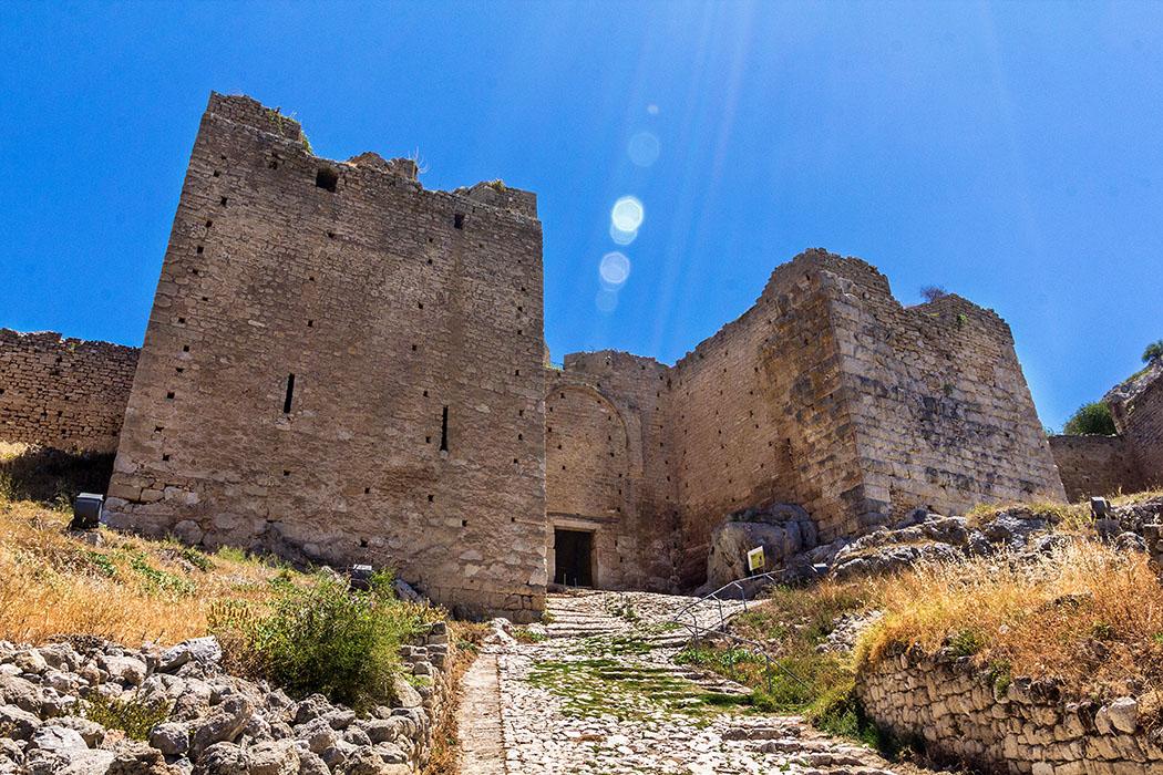 Teile der Türme und Befestigungen am driten Burgtor datieren auf das 4. Jhd. v. Chr. und zeigen deutlich, dass die mittelalterlichen Mauern immer den antiken Anlagen folgten.