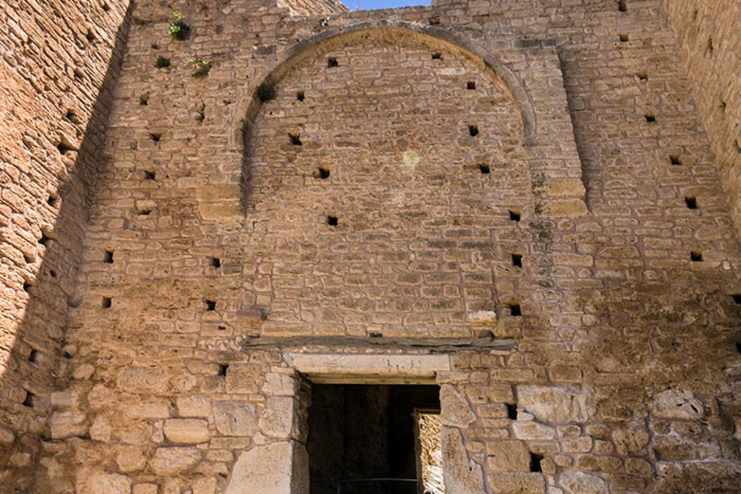 Im Durchgang am dritten Burgtor wurden antike monolithische Säulen und Steinblöcke verbaut. Der querliegende Holzbalken trug einst ein schützendes Vordach.