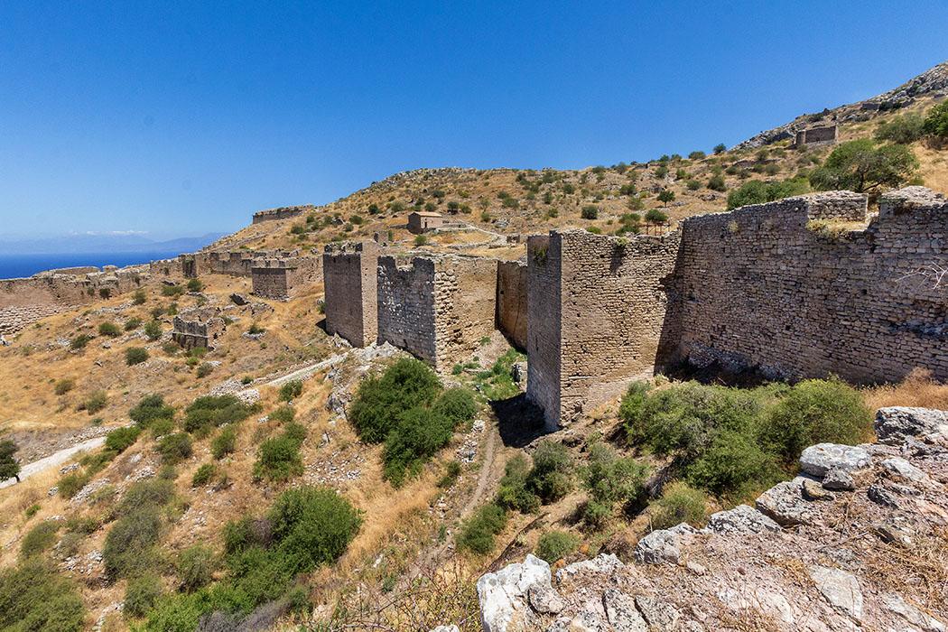 Der Blick von der südlichen Mauer des dritten Befestigungsrings der Akrokorinth bieten eine hervorragende Übersicht. Etwas oberhalb ist bereits die Agios Dimitros-Kapelle sichtbar.