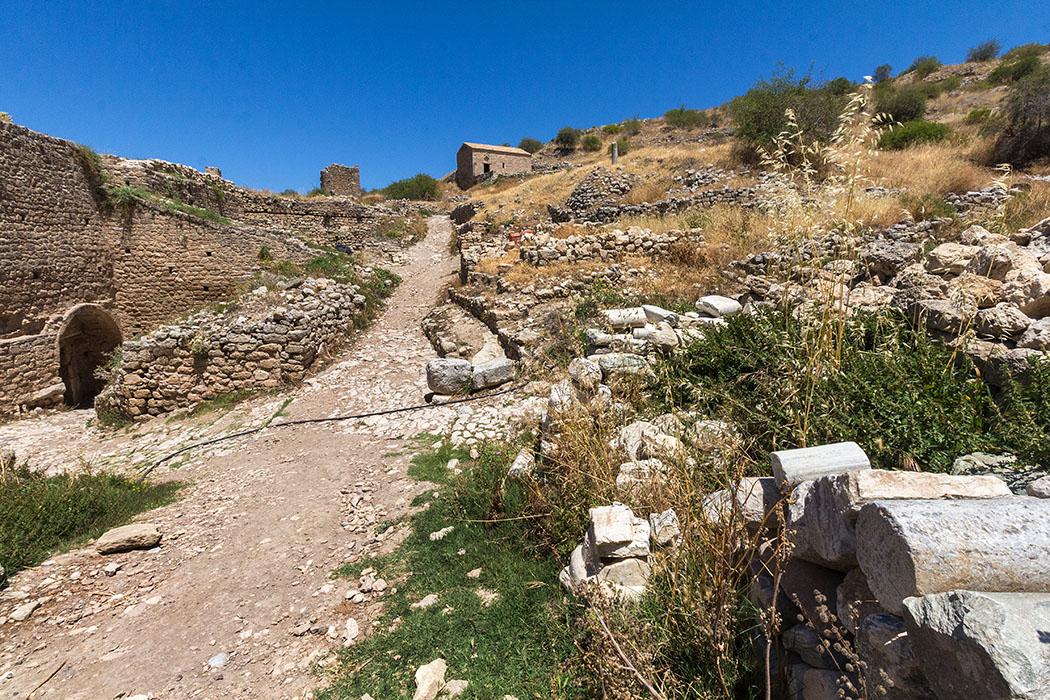 Hinter dem dritten Burgtor befinden wir uns im Inneren der Festung. Im Zentrum des Blickwinkels liegt die Agios Dimitros-Kapelle.
