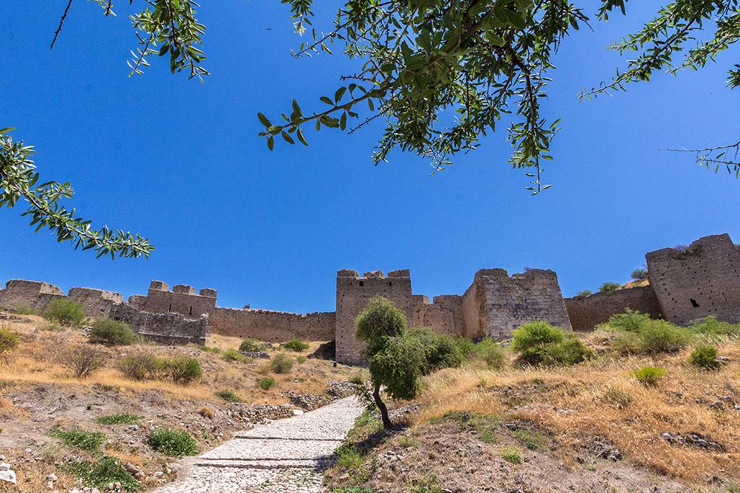 Der imposanteste Befestigungsring der Akrokorinth ist der dritte Abschnitt. Hier wurden neben den Türmen des Burgtores zusätzlich zwei mächtige Bastionen angebaut.