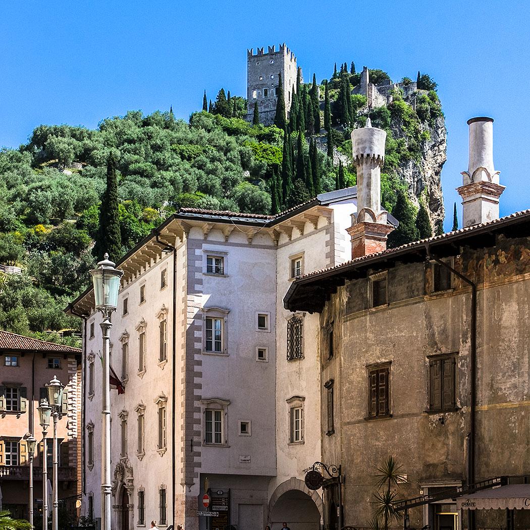 garda trentino arco burg riva del garda gardasee italien Das Wahrzeichen von Arco ist die mittelalterliche Festung. Am steilen Burgfelsen wächst südländische Flora, wie Oliven, Zypressen und Ginster. In der Altstadt beeindrucken freskenverzierte Paläste der Grafen von Arco.
