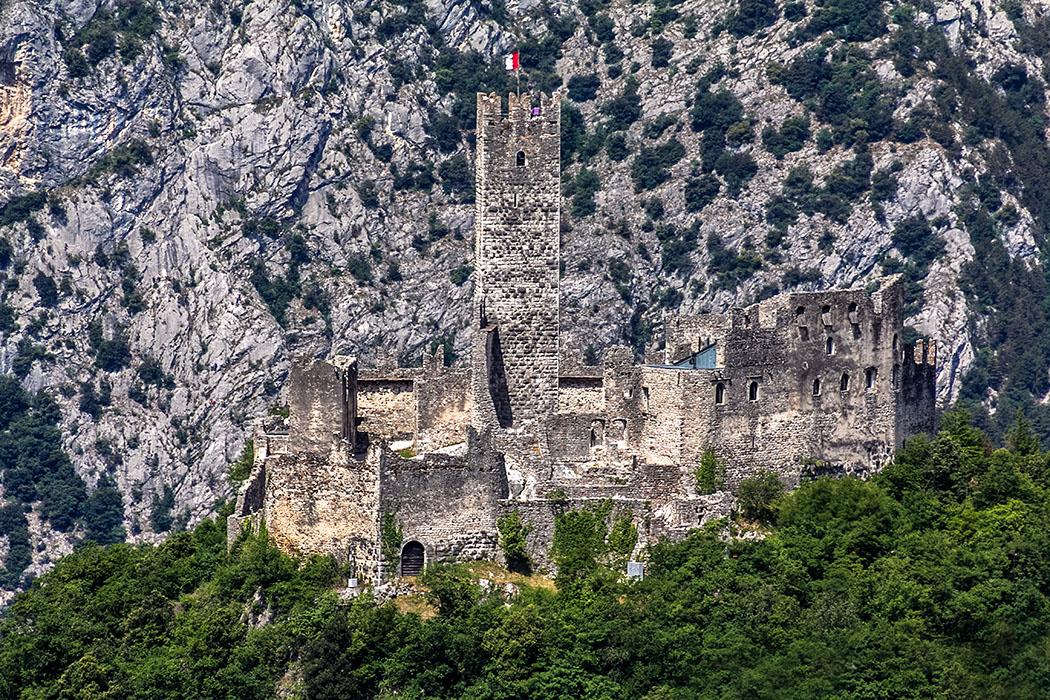 garda trentino drena burg sarcatal cavedinetal gardasee italien Die windumtoste romanische Burg von Drena mit ihren Zinnenmauern und dem hohen Bergfried steht auf einem Steilhang über dem Sarcatal.