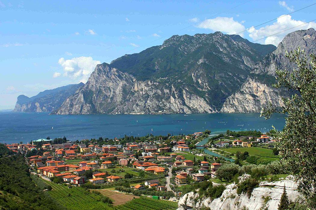 garda trentino torbole nago panorama gardasee italien Ausblick auf den Gardasee vom Parkplatz zwischen Nago und Torbole.