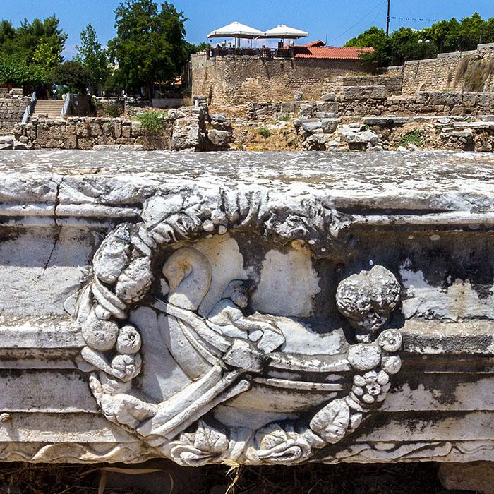korinth Peirene Brunnen Relief Schiff peloponnes griechenland Das Relief auf einem Marmorgebälk zeigt ein Handelsschiff, Sinnbild der blühenden Hafenmetropole Korinth.