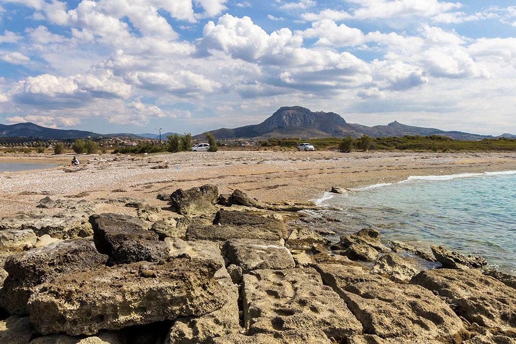lechaion acrocorinth panorama Der Blick von den antiken Hafendocks in Lechaion zeigt die Dominanz des fast 600 Meter hohen Tafelsbergs Akrokorinth auf die Region um Korinth und des Isthmus.
