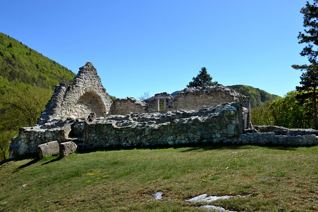 monte san martino kirche st. martin ruine tenno trentino gardasee italien - In Monte San Martino wurde eine Kirchenruine aus dem 8. /9. Jhd. freigelegt.