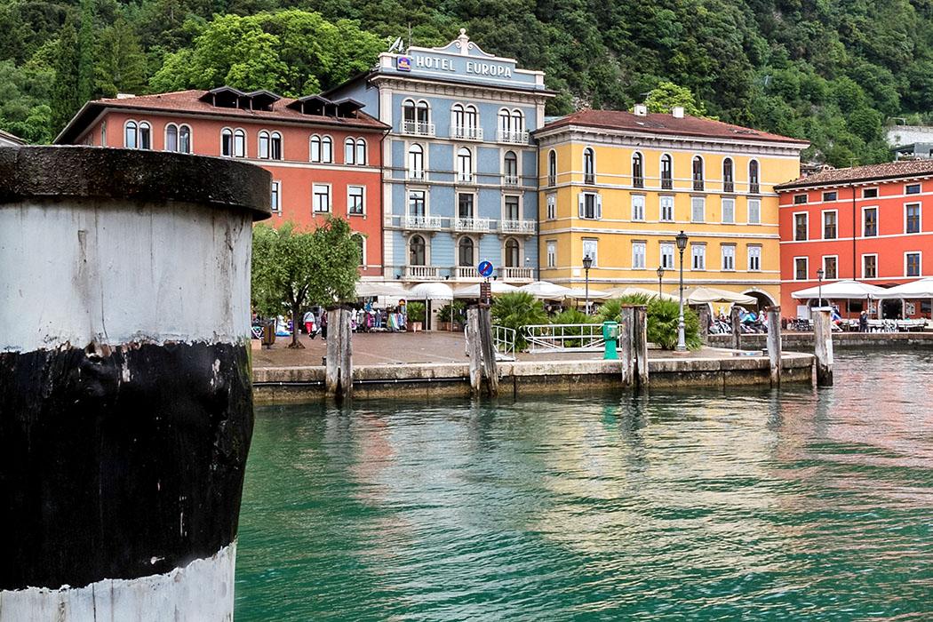 Der alte Hafen von Riva del Garda liegt im Zentrum der Altstadt. Er liegt direkt an der Piazza Catena, deren Namen stammt von einer Eisenkette die einst das Hafenbecken schützte.