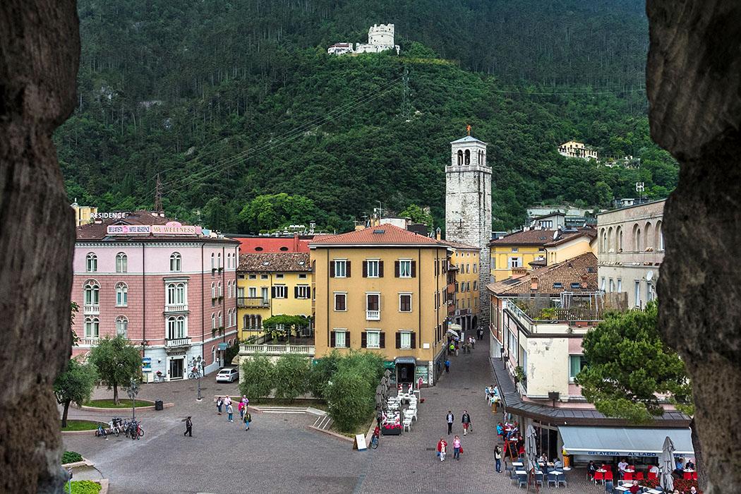 """Der ehrwürdige Torre Apponale von der Rocca di Riva gesehen. Unter uns liegt die Piazza Cesare Battisti mit der Gelateria """"Al Lago""""."""