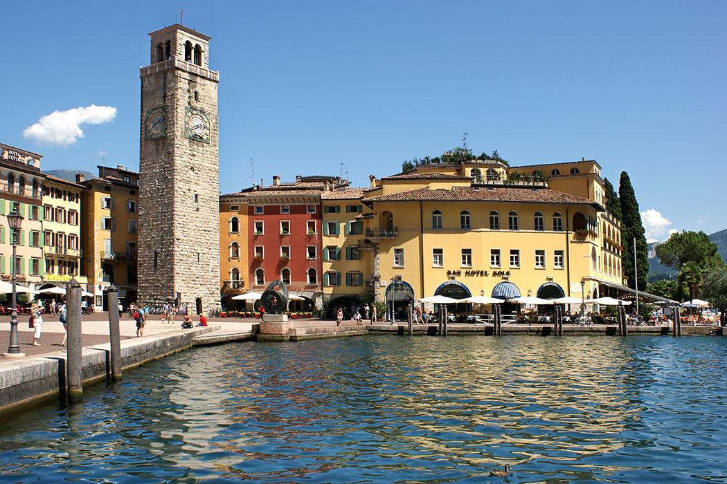 riva del garda, port, Riva des Garda im Norden des Gardasees besticht durch seine Mischung aus italienischer Leichtigkeit und österreichischer Bodenständigkeit. Foto: flickr, cooldudeandy01