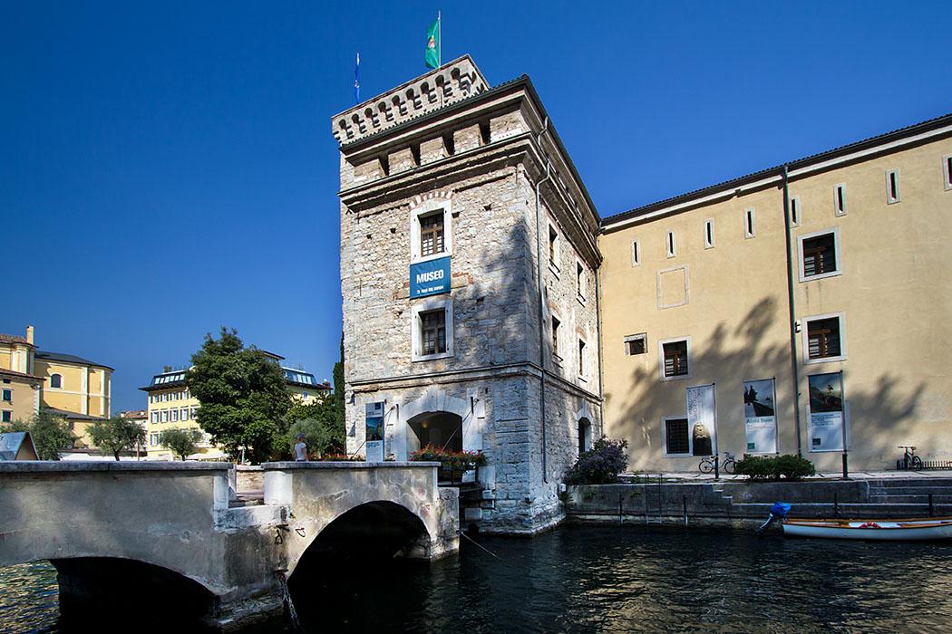 Die Rocca di Riva ist eine mittelalterlichen Wasserburg. Erste Befestigungen wurden im 12. Jahrhundert errichtet, später wurde sie zur Festung ausgebaut, mit rechteckigem Grundriss und Wassergräben.