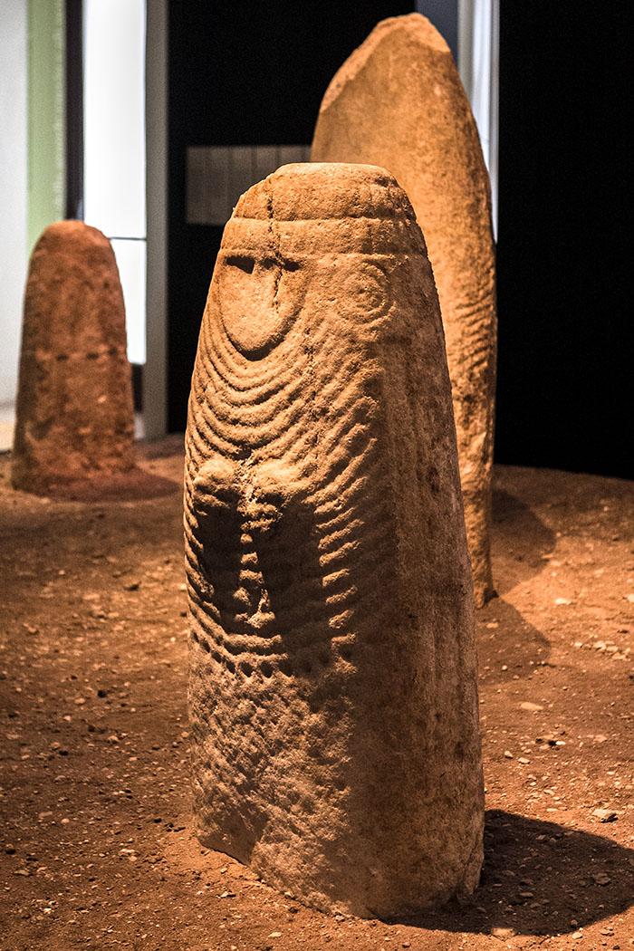 Diese weibliche Stele wurden in Arco entdeckt und geht auf die Kupferzeit zurück. Alle Stelen stammen aus der Zeit zwischen dem Ende des 4. und dem 3. Jahrtausends v. Chr. Möglicherweise waren sie Kultobjekte und stellen Götter dar.