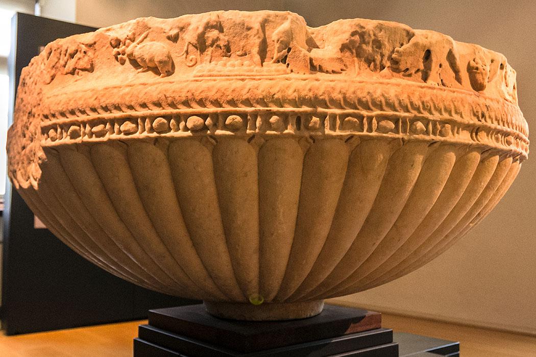 Diese römische Marmorwanne stammt vom Ende des 1. Jhd. und wurde nach einem hellenistischem Vorbild angefertigt.