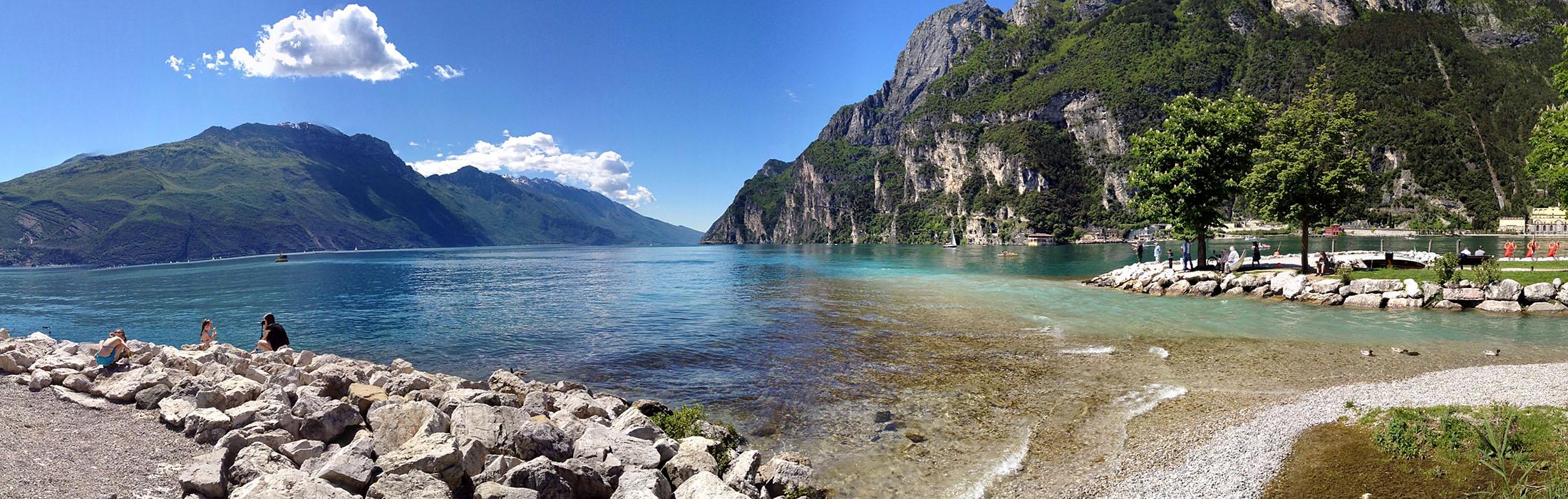 Garda Trentino: Riva del Garda spiaggia sabbioni gardasee italien In Riva del Garda erstreckt sich der längste durchgehende Strand am Gardasee. Die beiden gepflegten Strandbäder Spiaggia Sabbioni und Spiaggia dei Pini bieten große Liegewiese mit schattigen Plätzen.