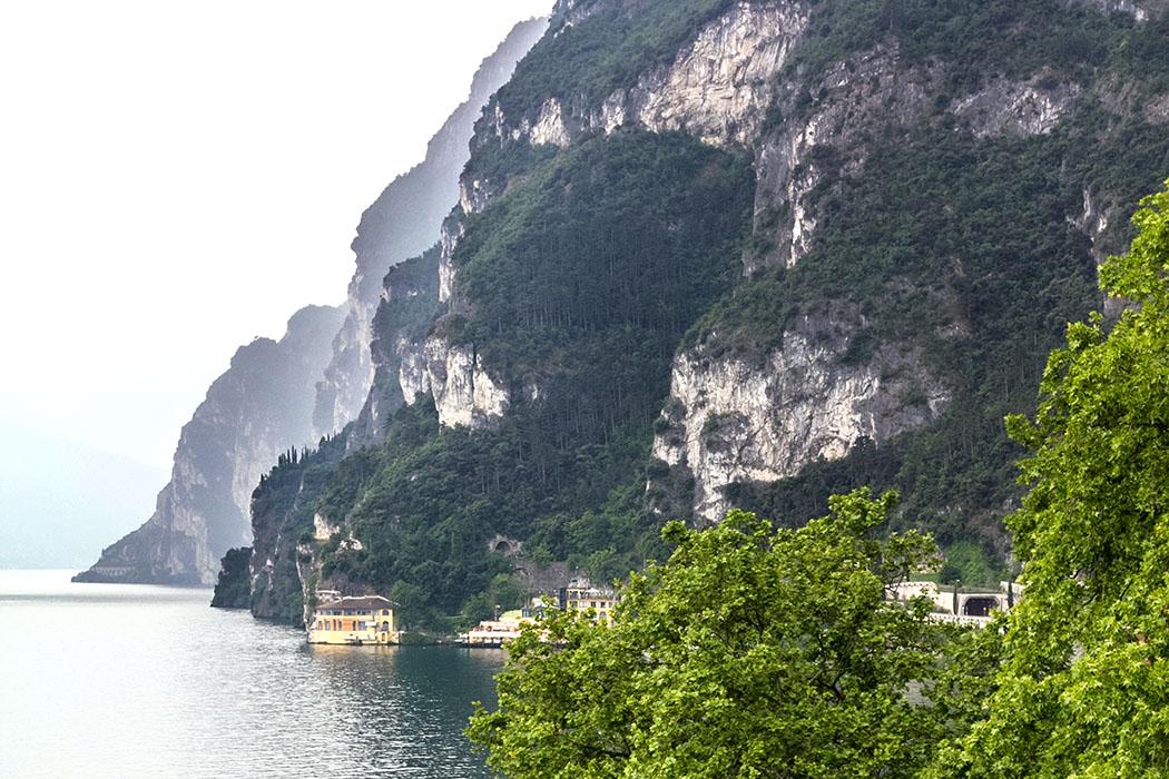 Blick von der Rocca di Riva Richtung Süden. Direkt am Wasser liegt das Vecchio Porto Excelsior, einer Appartmentanlage direkt am See.