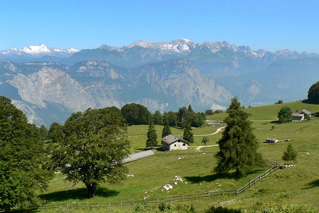 """Garda Trentino: Drena im Cavedinetal - Malga Campo di Drena italien Von den Bergweiden der Alm """"Malga Campo"""", oberhalb von Drena, öffnet sich ein gewaltiger Blick auf die Südseite der Brenta."""