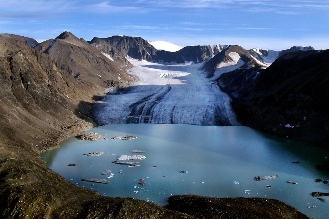 Glacier, Glacial Lake, Terminal Moraine, Baffin Island So könnte der Gardasee-Gletscher ausgesehen haben, als der Norden des Sees noch unter einer Eisdecke lag. Das Beispielfoto zeigt einen Gleschersee mit Moräne im arktischen Southwind Fiord auf Baffin Island in Kanada. Foto: Mike Beauregard, Wikipedia