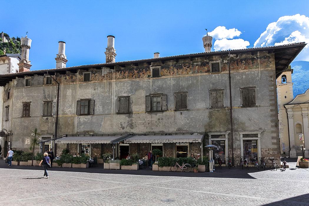 Der Palazzo Manchetti zählt zu den interessantesten Palazzi von Arco mit schön verzierten Schornsteinen aus Terrakotta. Unter der Dachtraufe ein Freskoband mit mythologischen Motiven.