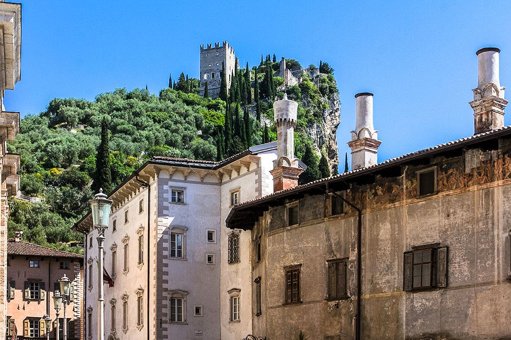 Die malerische Altstadt bietet prächtige Ausblicke auf das Castello di Arco. Der mit Freskenfriesen verzierte Palazzo Marchetti (rechts) von Andreas d'Arco wurde im 16./17. Jhd. erbaut.