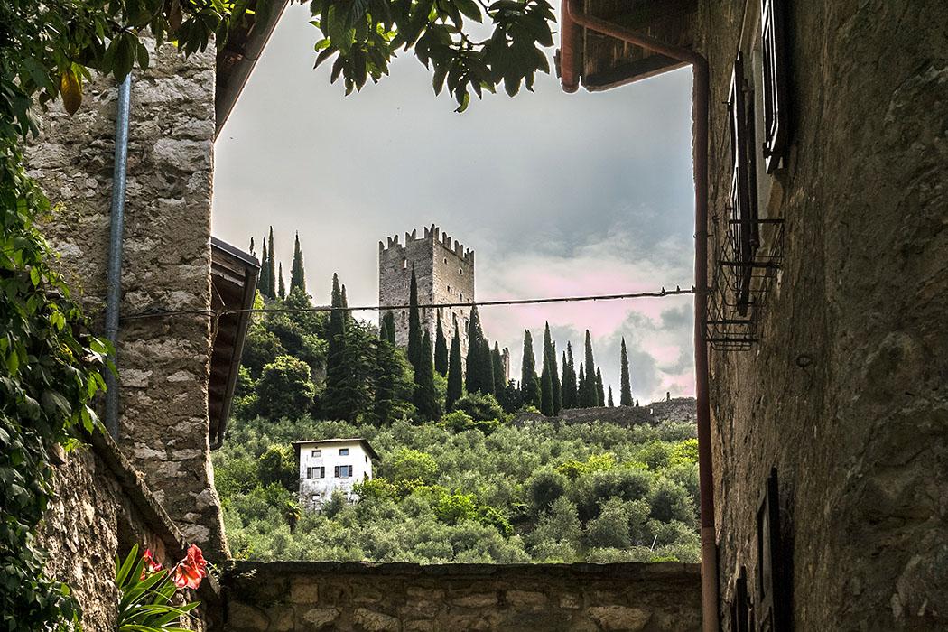Entlang der Via Stranfora bieten sich immer wieder Ausblicke auf die Burgruine von Arco.