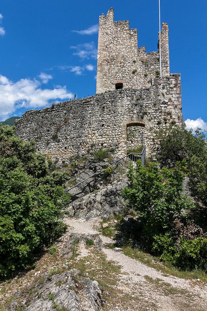 Der Eingang zum Rengheraturm befindet sich in sieben Meter Höhe und war über eine Holzleiter erreichbar. Im Turm befand sich eine Glocke Renga, die Burgbesatzung und Bevölkerung bei Gefahr warnte.