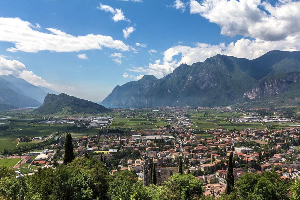 Panoramablick nach Süden: Vom höchsten Punkt der Burg von Arco, beim Rengheraturm,  bietet sich eine atemberaubende Aussicht.