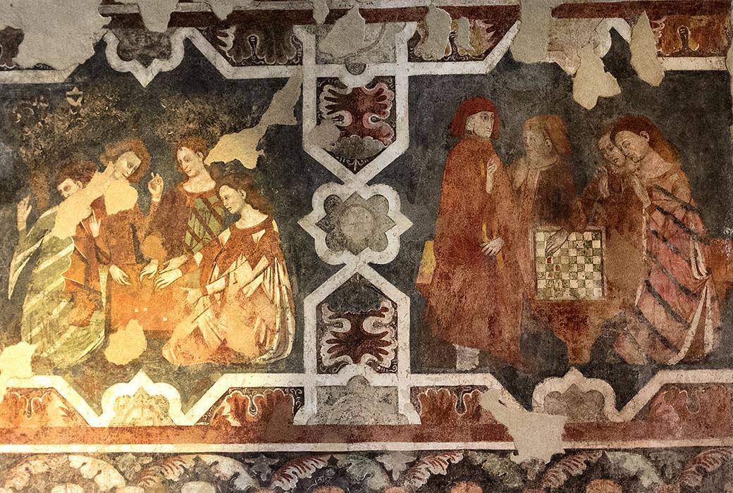 Die Fresken in der Burgruine von Arco zeigen Edelmänner und vornehme Damen beim Würfel- und Schachspiel.