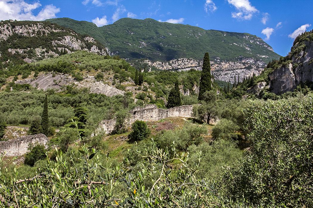 Zum Aufstieg auf die Burgruine von Arco sind wir über den Ortsteil Stranfora hinauf spaziert. Die ersten Befestigungsmauern und das wunderschöne Laghel-Tal tauchen auf.