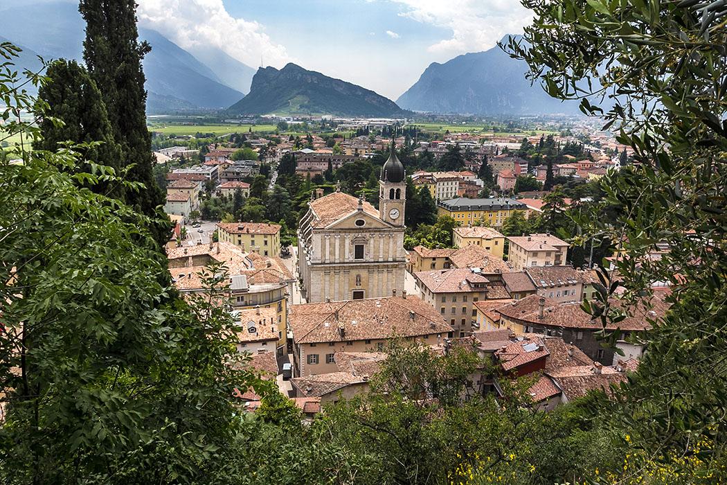 Garda Trentino: Arco – Altstadt mit Burgruine und Ziel für Aktivurlaube garda trentino arco castello di arco burg ruine aussicht collegiata gardasee italien Vom Stadtpark über der Altstadt von Arco geht der Blick von der Pfarrkirche Collegiata, zum Monte Brione und zum Gardasee.