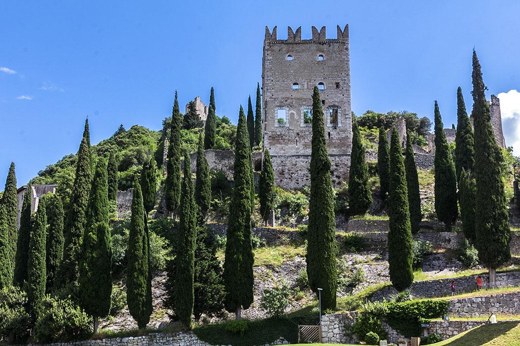 Der dreistöckige, romanische Wohnturm dürfte aus der Zeit 1300 stammen. Deutlich sichtbar sind die Schwalbenschwanzzinnen, die den damals typischen Baustil in Norditalien repräsentieren.