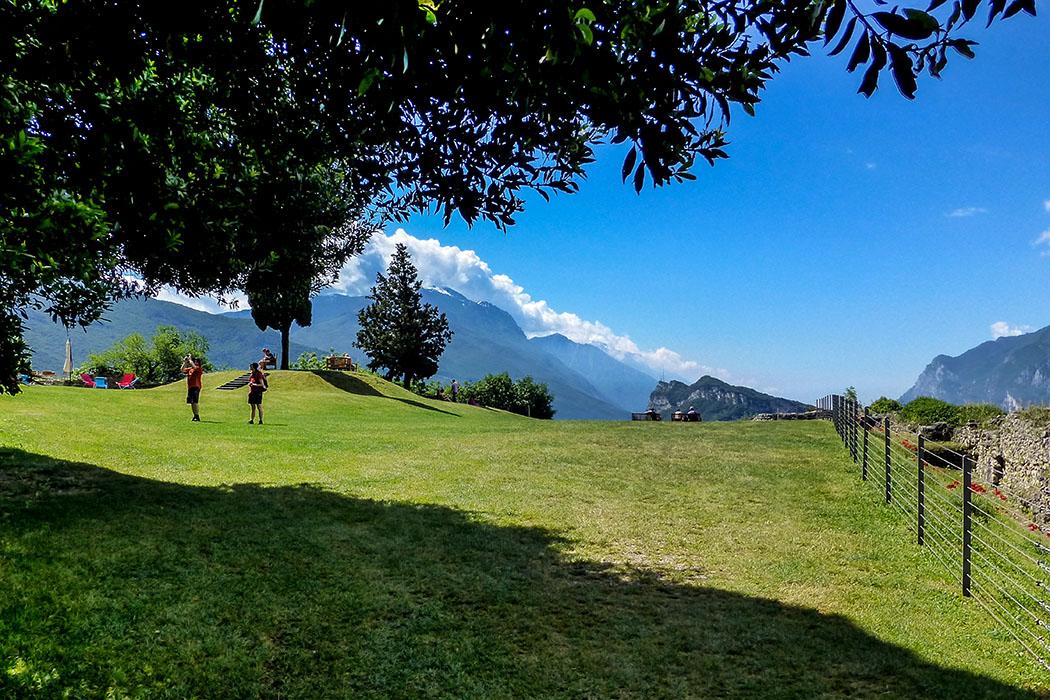 Auf dem einstigen Turnierplatz des Castello di Arco befindet sich heute ein Kiosk, Parkbänke und Liegestühle um entspannt das wunderbare Panorama auf den Gardasee genießen zu können.