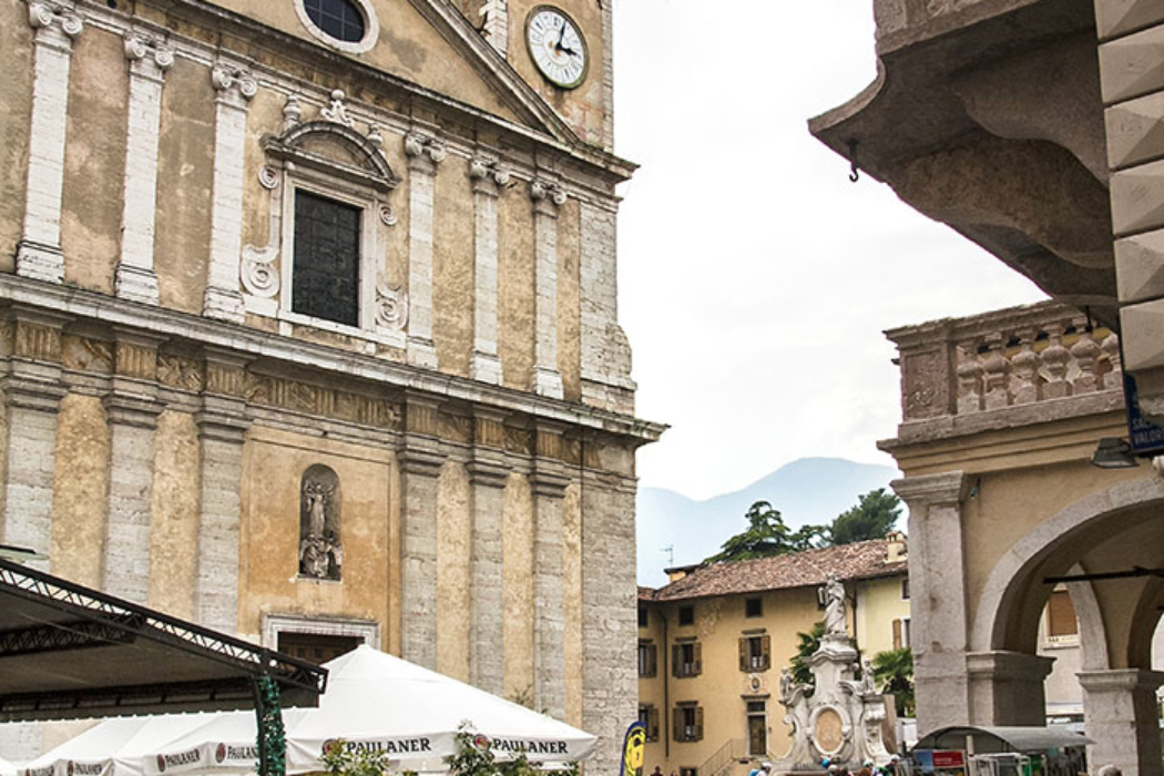 """Zentrum von Arco ist die Piazza 3 Novembre, der zentral vor der großen Pfarrkirche gelegen ist. Links im Foto ist die beliebte Bar """"Caffe Trentino""""."""