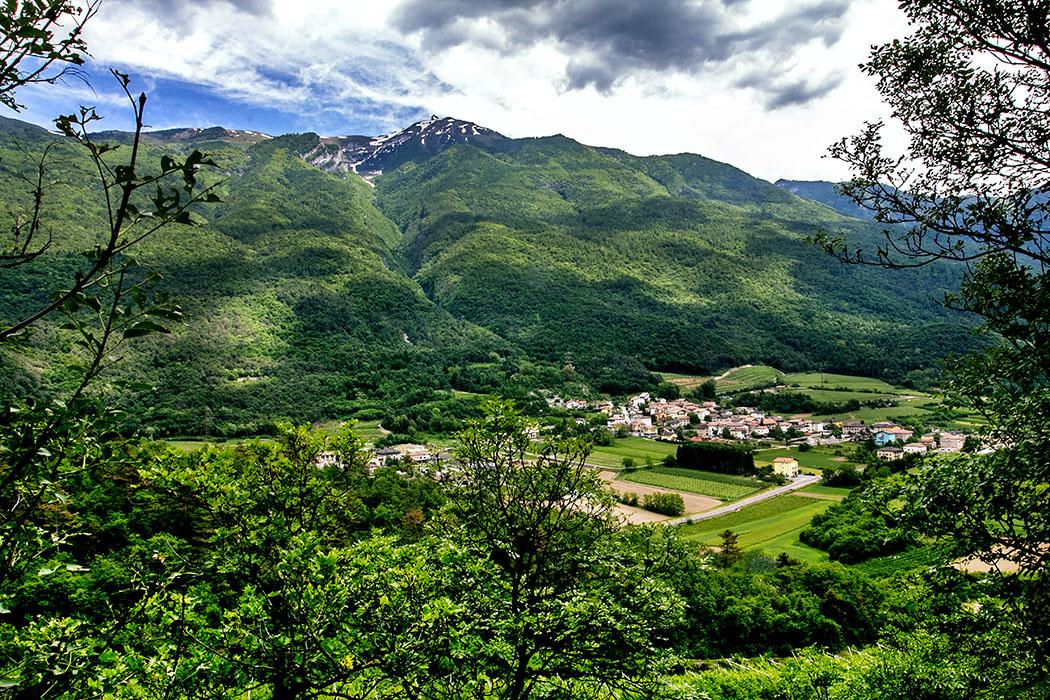 "Unter dem Höhleneingang an der ""Cosina di Stravino"" sehen wird das Dorf Berlonga."