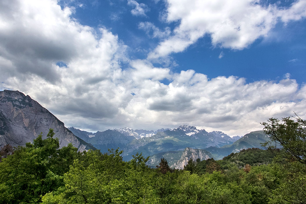 Der Blick vom Plateau schweift zu den Gipfeln der Brenta-Dolomiten.