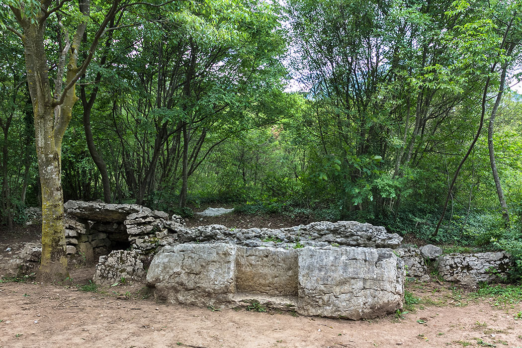 Neben der Carega del Diaol steht ein weiterer Dolmen, der kleiner und einfacher gearbeitet ist.