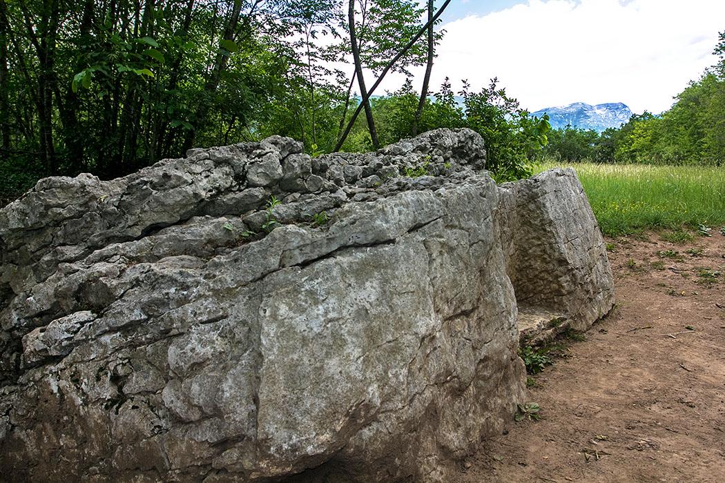 An seiner Ostseite des Felsblocks ist eine Ausbuchtung, dort ist keilförmig eine Vertiefung eingeschlagen worden, auf der eine Inschrift steht.