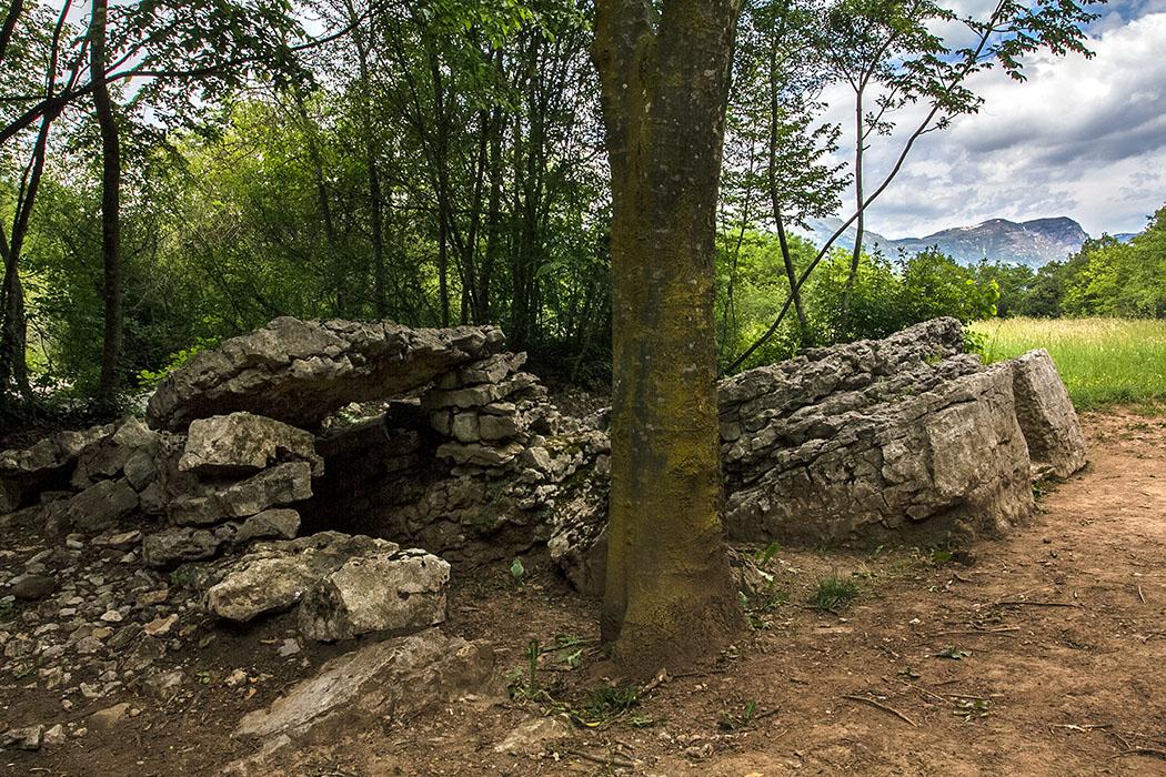 """Die Anlage wird von den Bewohnern des Cavedinetals, wegen ihrer merkwürdigen bank-ähnlichen Form, """"Carega del Diaol"""" (Teufelssessel) oder """"Trono della Regina"""" (Thron der Königin) genannt."""