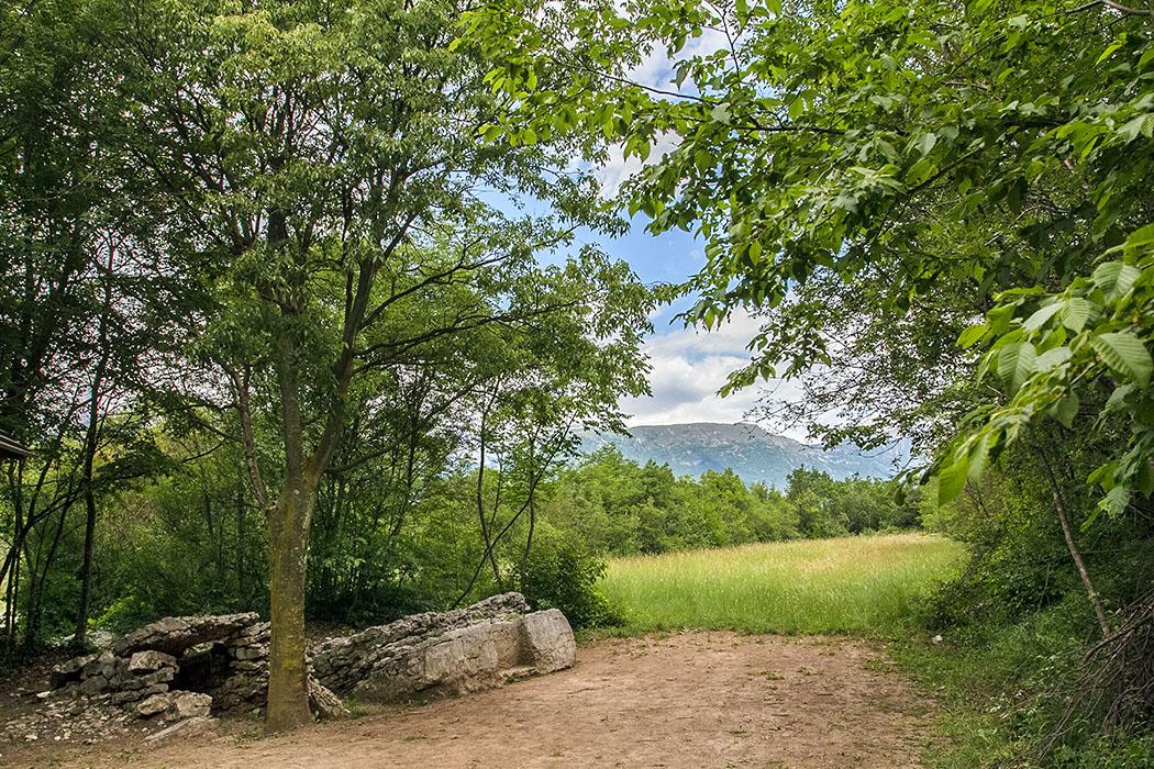 Garda Trentino: Archäologische Wanderung im Tal von Cavedine garda trentino, cavedine, valle di cavedine, Carega del Diaol, gardasee, italien Die Carega del Diaol neben der Römerstraße ist ein Felsblock, der ein wenig dem Rest eines Dolmen oder einem Megalithgrab ähnelt.