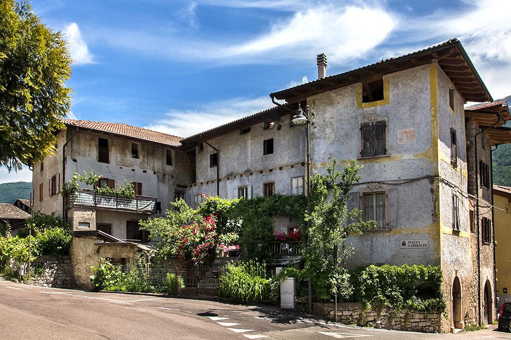 Die Straße entlang der Kirche Santa Maria Assunta führt zur Piazza Guispeppe Garibaldi, mit alten Wohnhäusern.